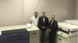 Справа – руководитель ЗАО «Полиграф», далее специалисты «НЛК» и Jeteurope» на фоне оборудования Screen и Jet